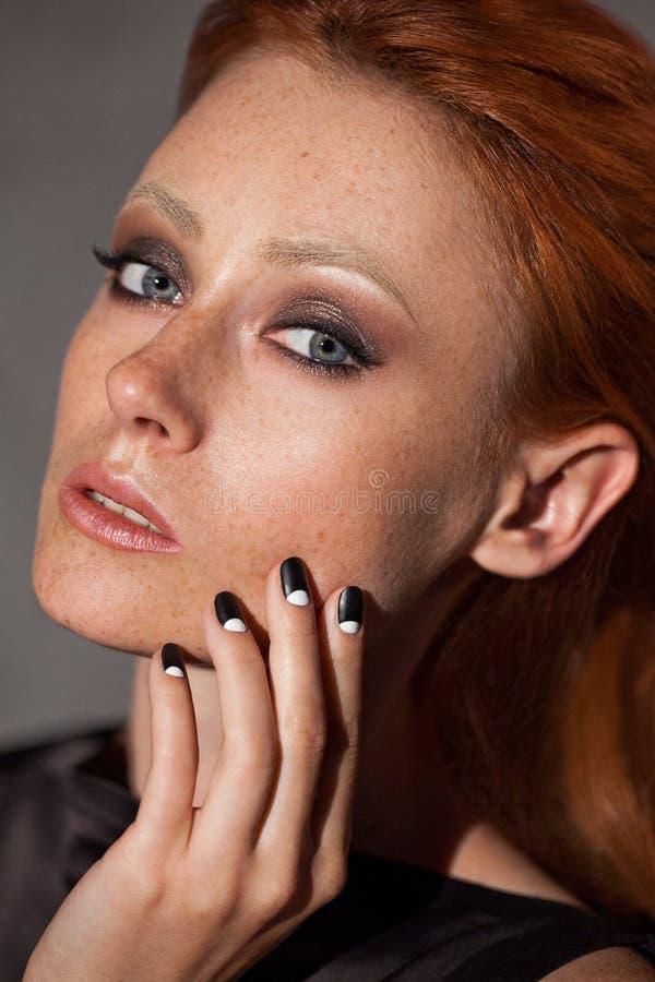 Primo piano del ritratto di bellezza di giovane donna della testa di rosso immagine stock libera da diritti