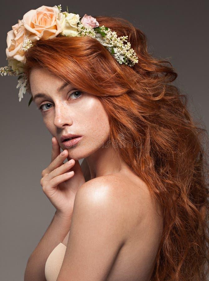 Primo piano del ritratto di giovane bella donna attraente immagini stock