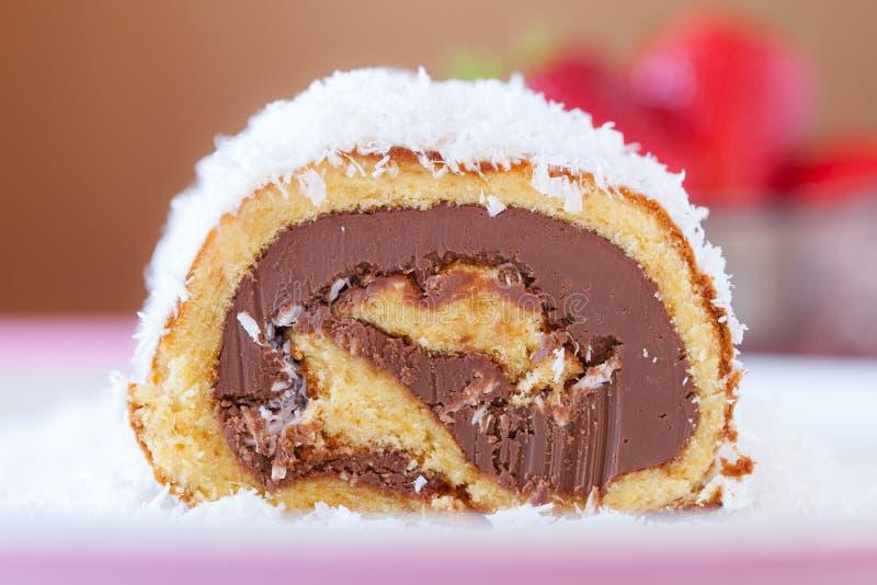 Primo piano del rotolo del dolce di noce di cocco del cioccolato immagini stock libere da diritti