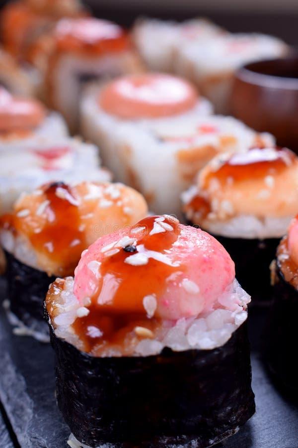 Primo piano del rotolo di sushi con salsa piccante fotografia stock libera da diritti