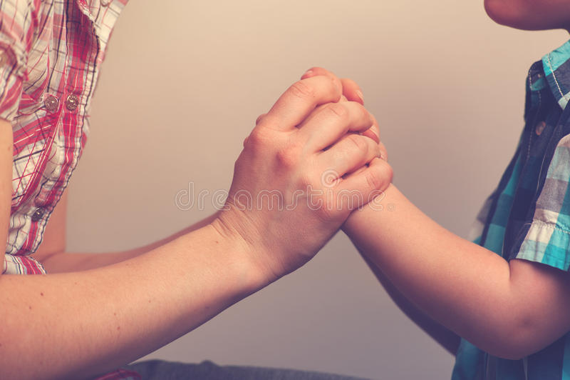 Primo piano del ` s della donna e delle mani del ` s del bambino fotografie stock libere da diritti