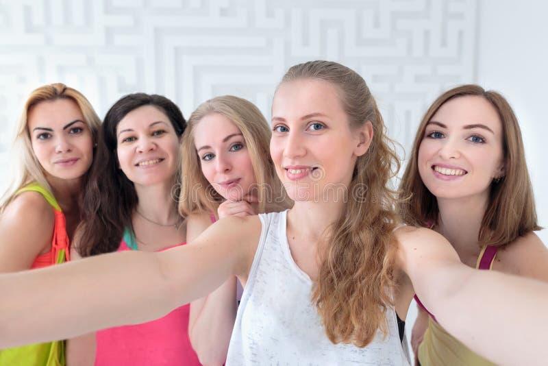 Primo piano del selfie sportivo felice delle donne fotografie stock libere da diritti