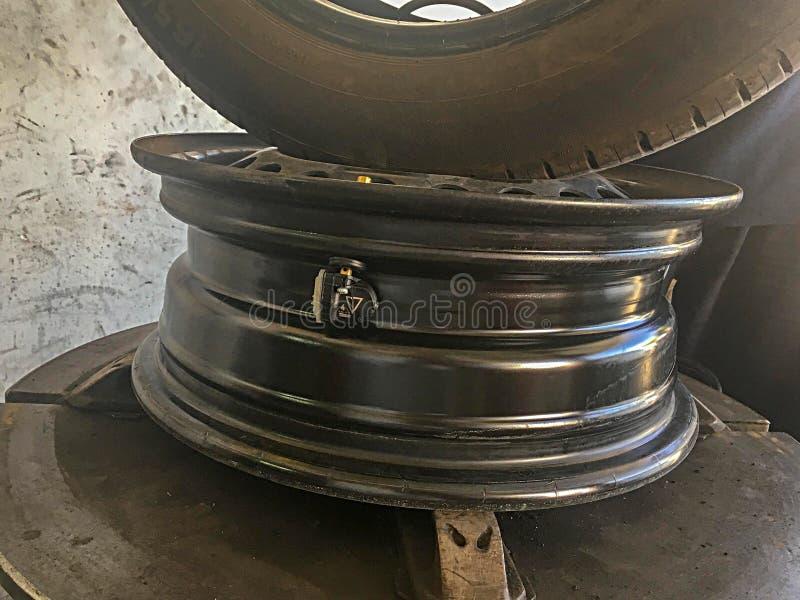 Primo piano del sensore di pressione della ruota di automobile immagine stock