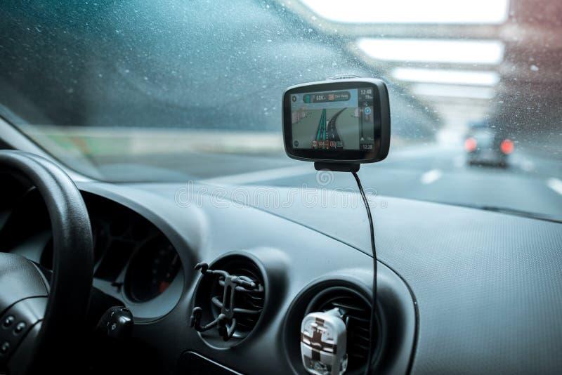 Primo piano del sistema di navigazione dei gps in vecchia automobile immagini stock