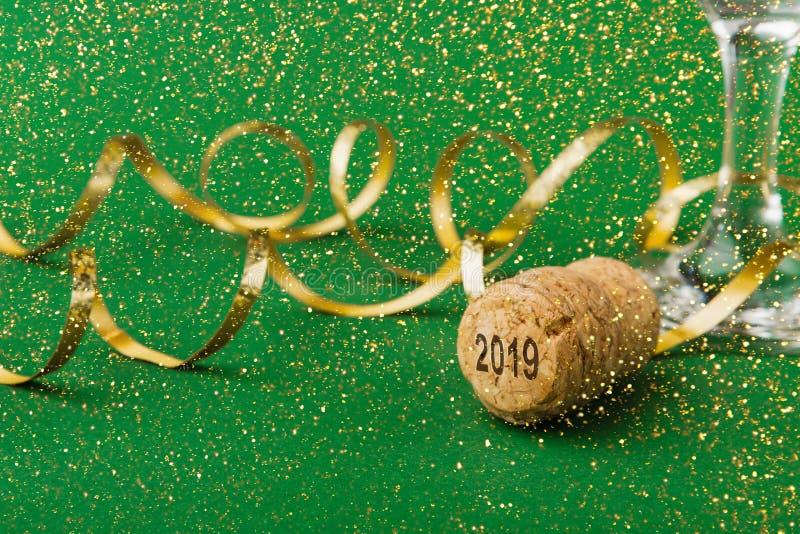 Primo piano del sughero del champagne con i numeri 2018 nuovi anni su fondo verde immagine stock libera da diritti