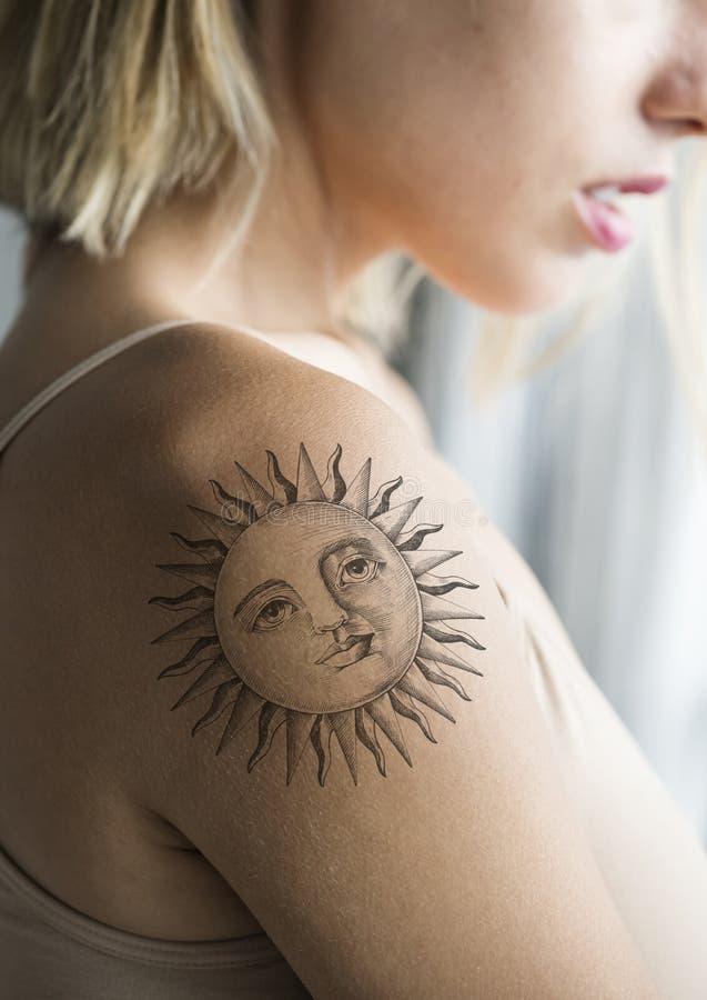 Primo piano del tatuaggio del braccio di una donna fotografia stock libera da diritti