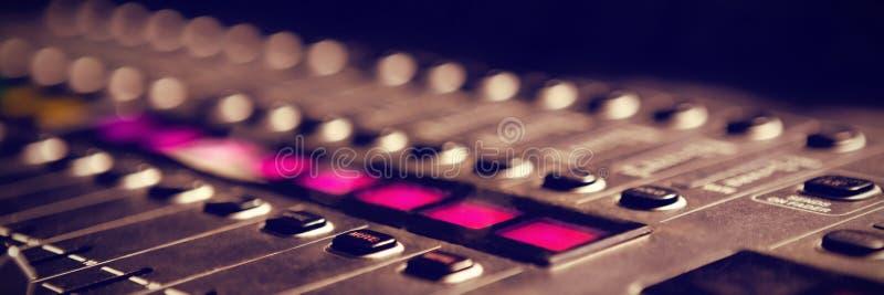 Primo piano del tecnico del suono in studio illustrazione di stock