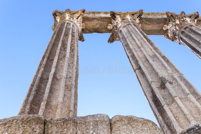 Primo piano del tempio romano antico a Evora fotografia stock