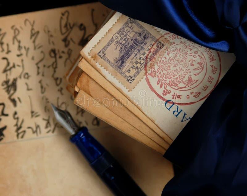 Primo piano del timbro postale sulle cartoline immagine stock libera da diritti