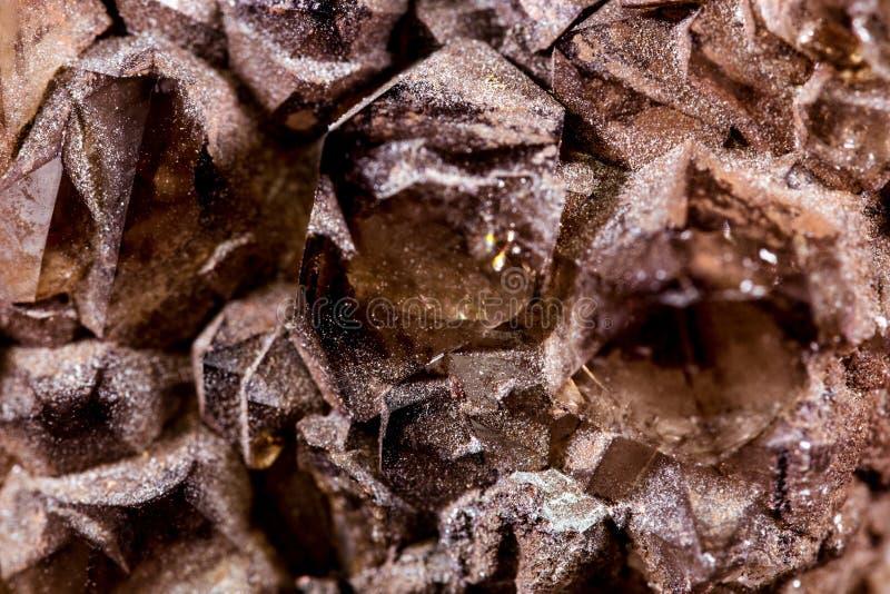 Primo piano del topazio affumicato o dei cristalli di quarzo marroni fotografia stock libera da diritti