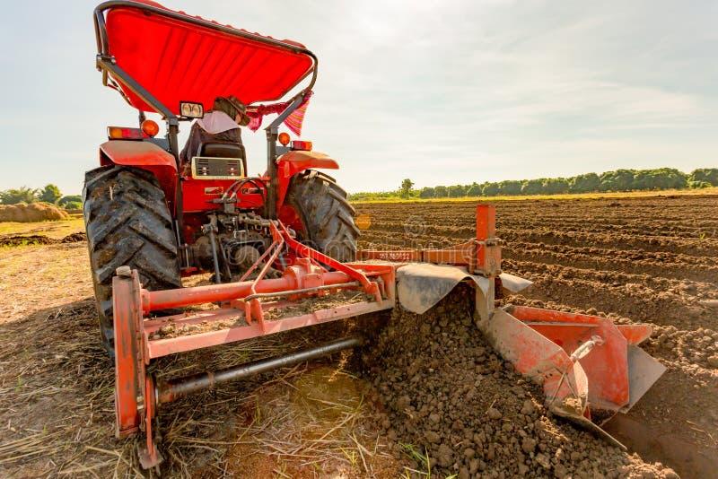 Primo Piano Del Trattore Rosso Di Agricoltura Che Coltiva ...