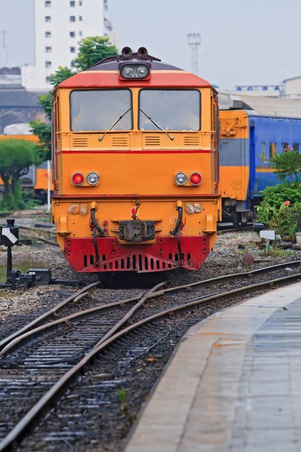 Primo piano del treno giallo rosso del motore diesel for Disegni del mazzo del secondo piano