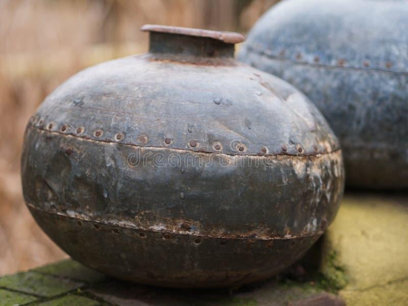Primo piano del vaso di rame indiano tradizionale fotografia stock