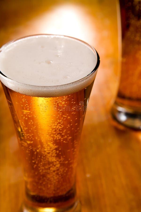 Primo piano del vetro di birra fotografie stock