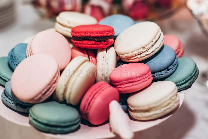 Primo piano delizioso dei maccheroni barra di caramella al recept di lusso di nozze immagine stock