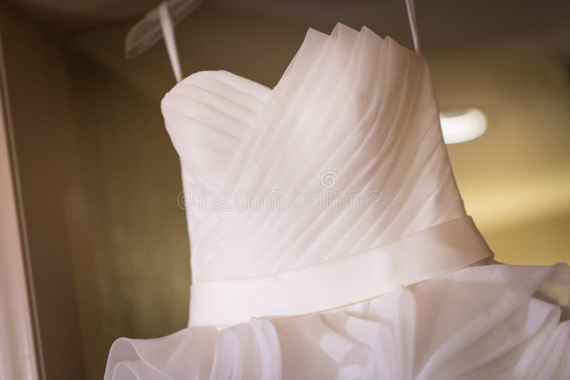 Primo piano dell'abito di nozze bianco fotografie stock libere da diritti
