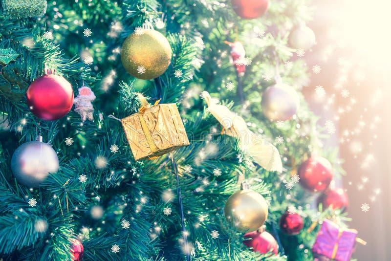 Primo piano dell'albero di Natale con luce immagini stock libere da diritti