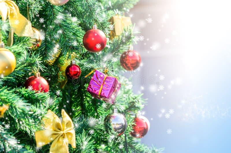 Primo piano dell'albero di Natale con luce immagine stock