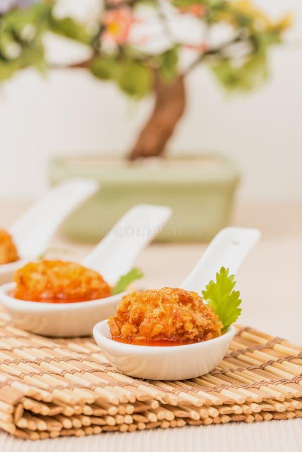 Primo piano dell'aperitivo del pollo della noce di cocco immagine stock