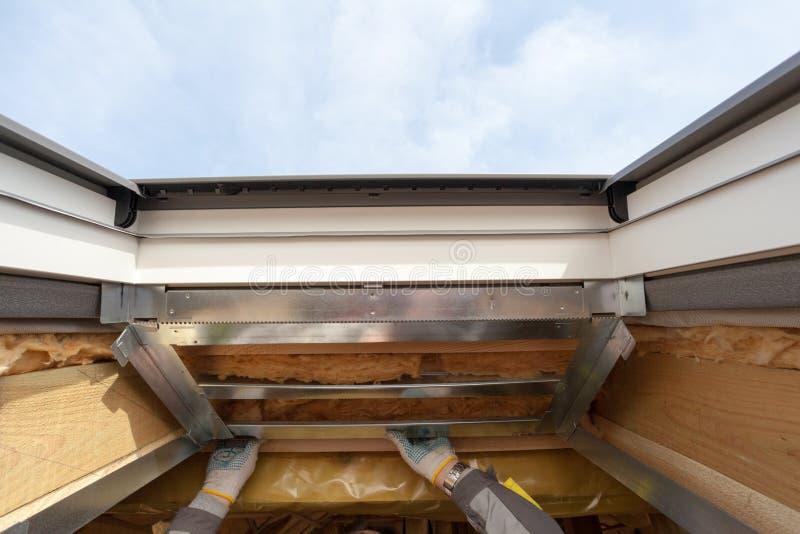 Nuovo tetto dell 39 assicella dell 39 asfalto con la grondaia for Lucernario mansarda