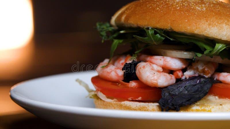 Primo piano dell'hamburger dal cuoco unico con gamberetto Metraggio di riserva Hamburger delizioso dal cuoco unico fotografia stock