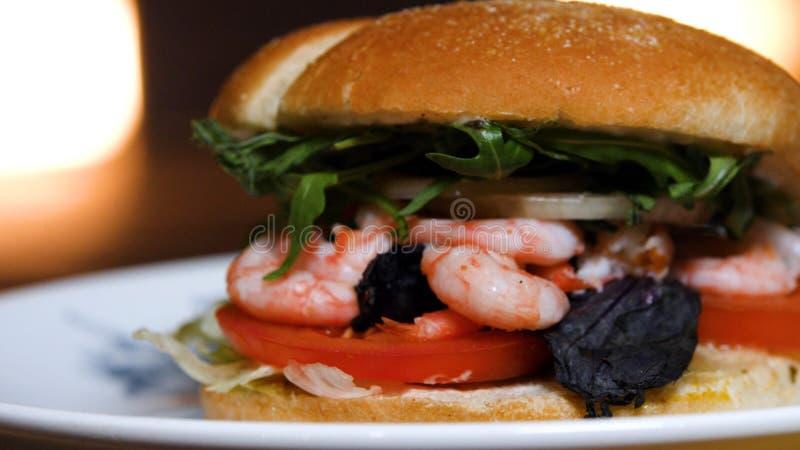 Primo piano dell'hamburger dal cuoco unico con gamberetto Metraggio di riserva Hamburger delizioso dal cuoco unico immagini stock libere da diritti