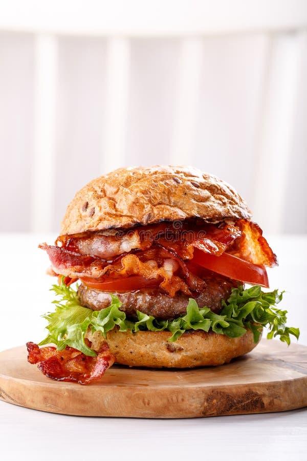 Primo piano dell'hamburger del manzo su fondo bianco immagine stock
