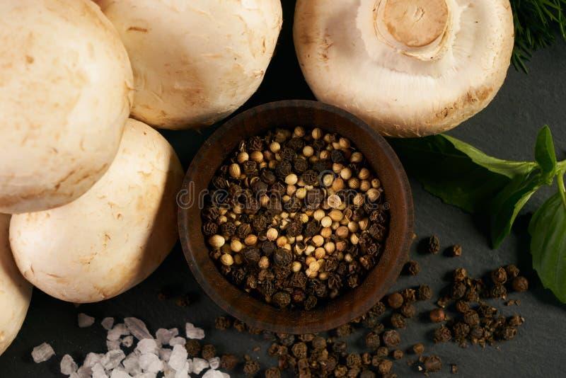 Primo piano dell'ingredienti organici freschi per la preparazione del pasto vegetariano sano immagine stock libera da diritti