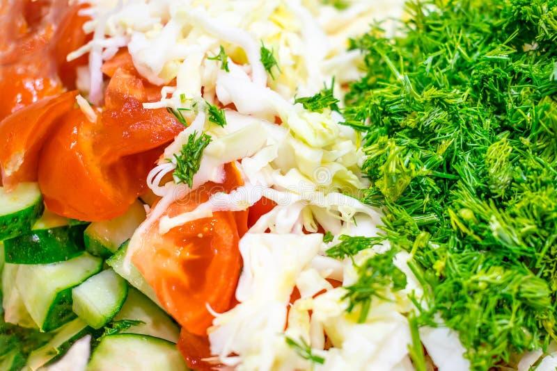 Primo piano dell'insalata mista della verdura fresca Cetrioli affettati, tomat immagine stock libera da diritti
