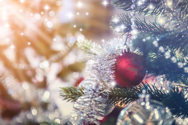 Primo piano dell'Natale-albero con gli elementi delle decorazioni immagine stock libera da diritti