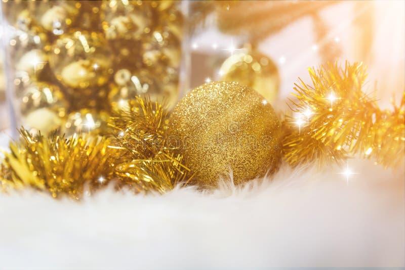 Primo piano dell'Natale-albero con gli elementi delle decorazioni fotografia stock libera da diritti
