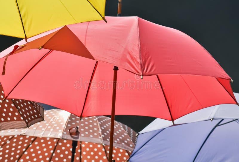 Primo piano dell'ombrello rosso fotografie stock libere da diritti