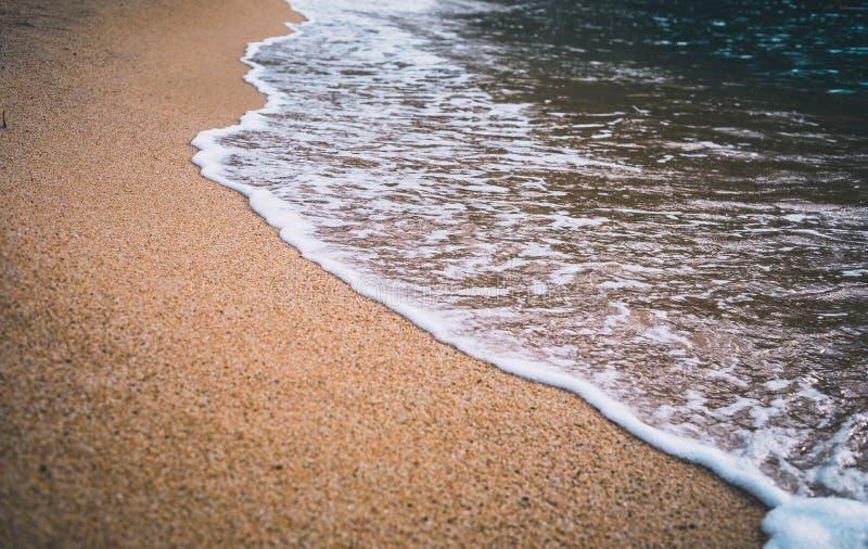Primo piano dell'onda del mare sulla sabbia della spiaggia fotografie stock libere da diritti