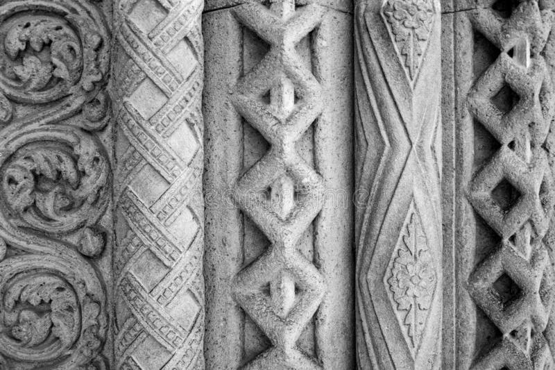 Primo piano dell'ornamento architettonico Un frammento della decorazione modellata complessa delle pareti della costruzione antic immagine stock