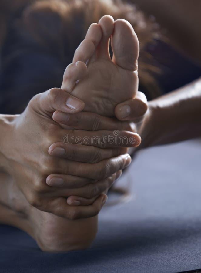 Primo piano dell'uomo che fa yoga che allunga esercizio fotografie stock