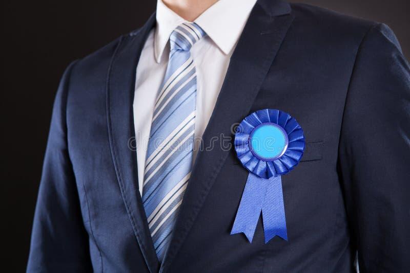 Primo piano dell'uomo d'affari che indossa nastro blu fotografie stock