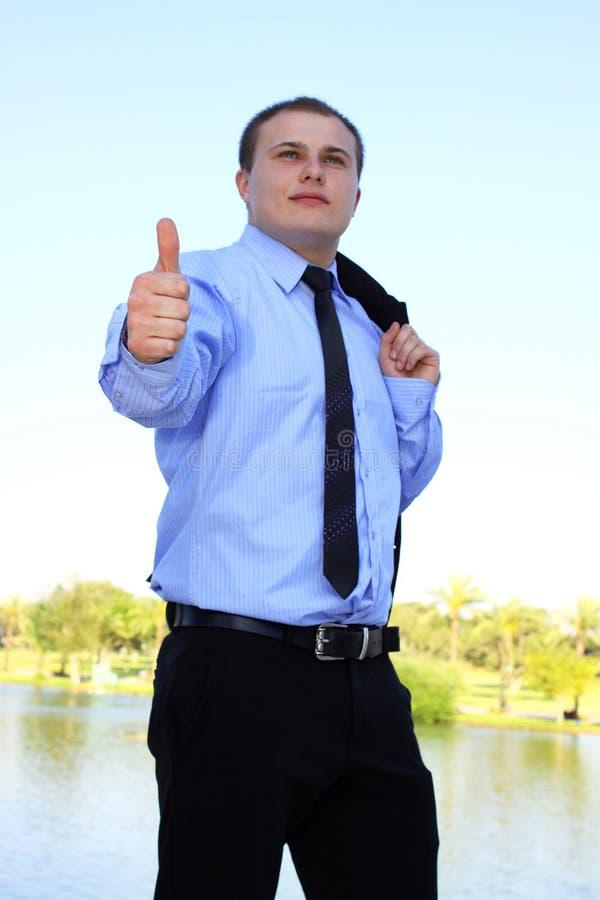 Primo piano dell'uomo d'affari che mostra bene fotografia stock
