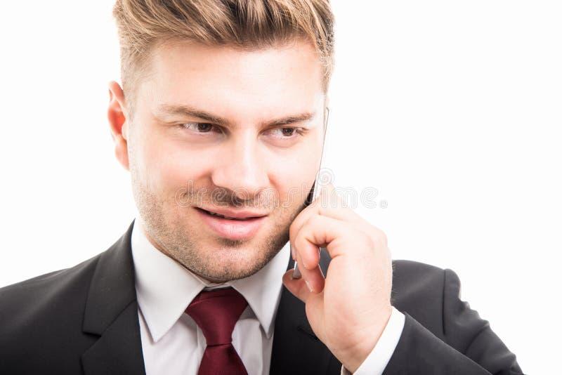 Primo piano dell'uomo di affari che parla sullo smartphone immagine stock libera da diritti
