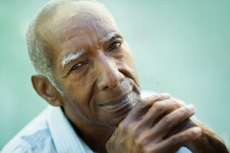 Primo piano dell'uomo di colore anziano felice che sorride alla macchina fotografica fotografie stock