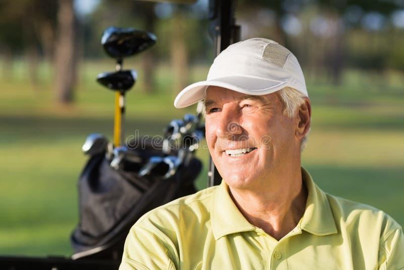 Primo piano dell'uomo sorridente del giocatore di golf immagini stock libere da diritti