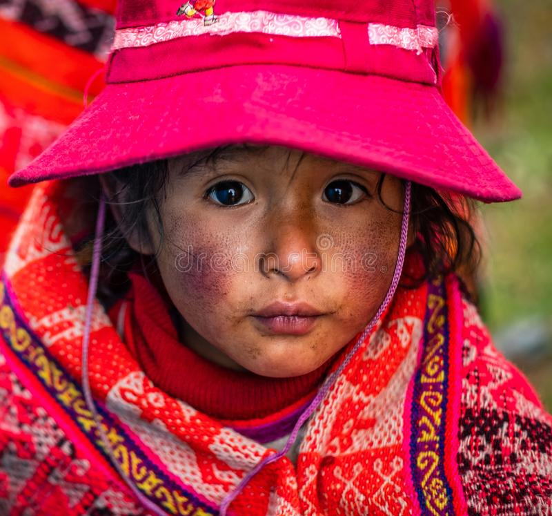 Primo piano della bambina in abbigliamento e cappello nazionali in Cusco fotografia stock