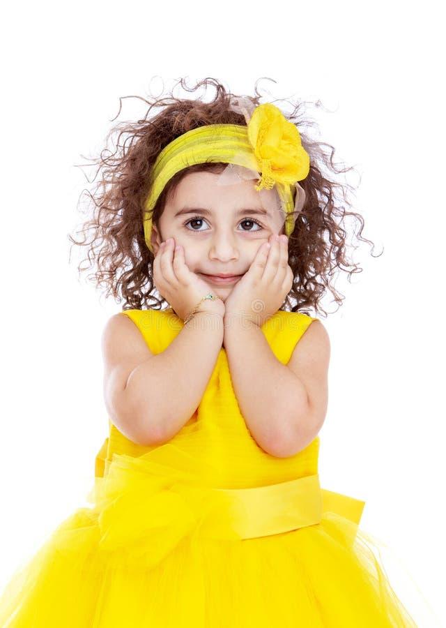 Primo piano della bambina elegante in un giallo luminoso immagini stock
