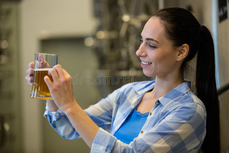 Primo piano della birra femminile di prova del fabbricante di birra fotografia stock