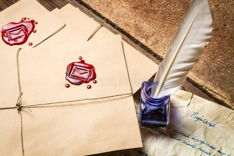 Primo piano della busta d'annata e vecchia della lettera scritte con inchiostro blu immagine stock