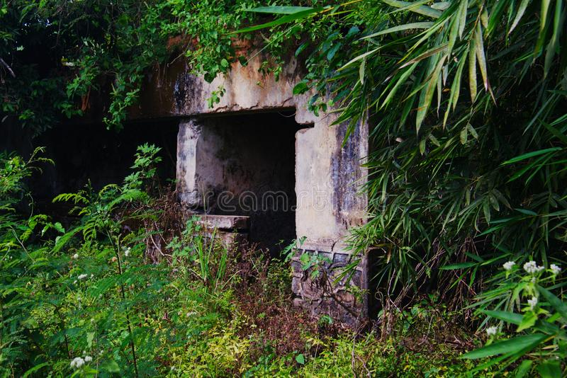 Primo piano della casa coloniale portoghese in mezzo alla foresta in Angola immagini stock libere da diritti