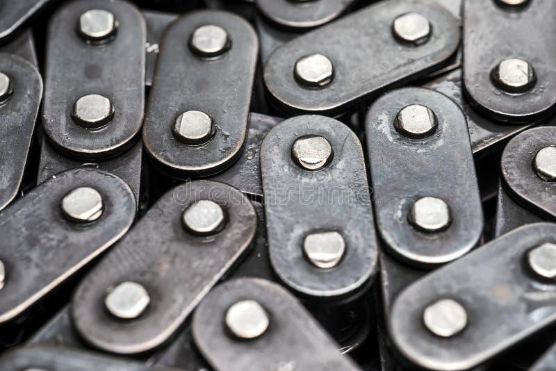 Primo piano della catena della bicicletta del metallo circuito della pompa di olio dell'automobile Collegamenti a catena fotografie stock