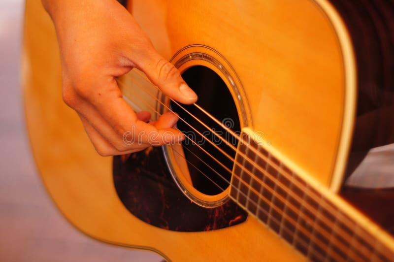 Primo piano della chitarra acustica fotografia stock