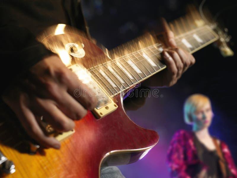 Primo piano della chitarra che è giocata fotografia stock