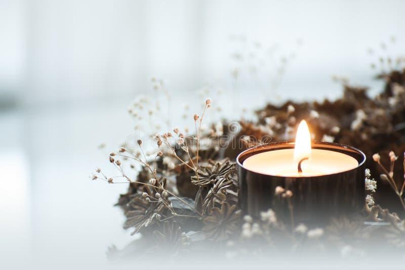 Primo piano della corona di arrivo con la candela bruciante fotografie stock