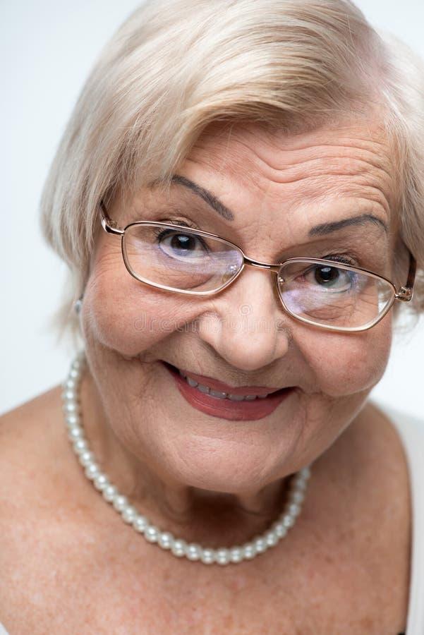 Primo piano della donna anziana adorabile fotografie stock